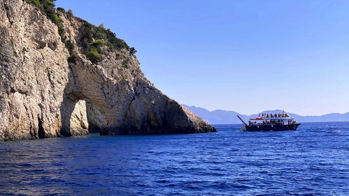 Lodí ke Keri caves a na pláž Marathonisi